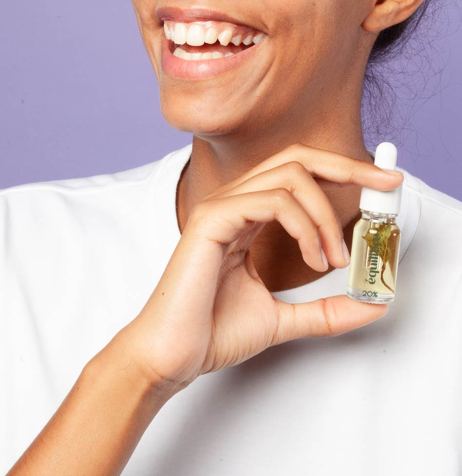 Femme portant flacon huile CBD 20% CBD et menthe poivrée