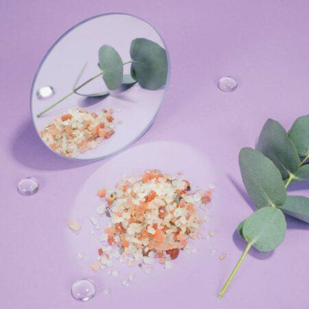 Sel de bain au CBD, sel rose de l'Himalaya, et eucalyptus