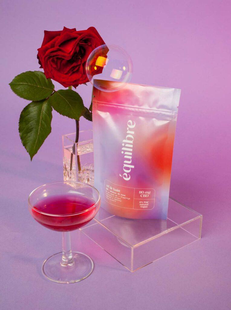 Sel de bain au CBD, sel rose de l'Himalaya, et pétales de roses